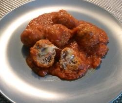 Albondigas Rellenas de Parmesano en Salsa de Tomate